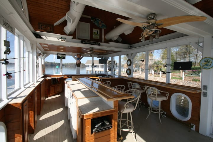 carolina hideaway boathouse bar