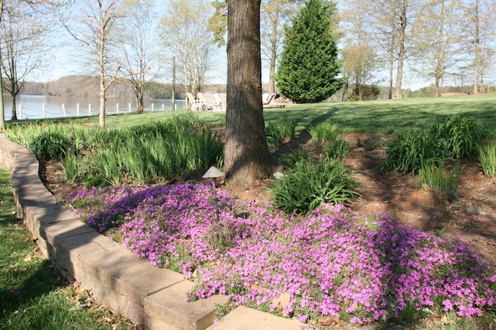 Lake Norman NC Rentals beautiful landscaping